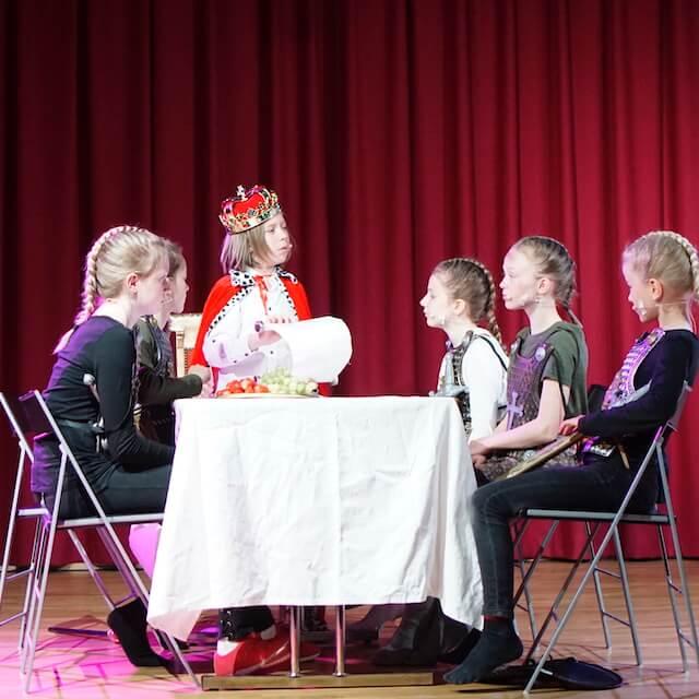 Scene fra Oslo Kulturfabrikks forestilling Trøbbel i Camelot
