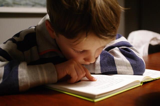 barn som leser og som går på musikkundervisning